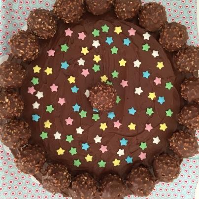 Anni backt Ferrero-Rocher-Torte