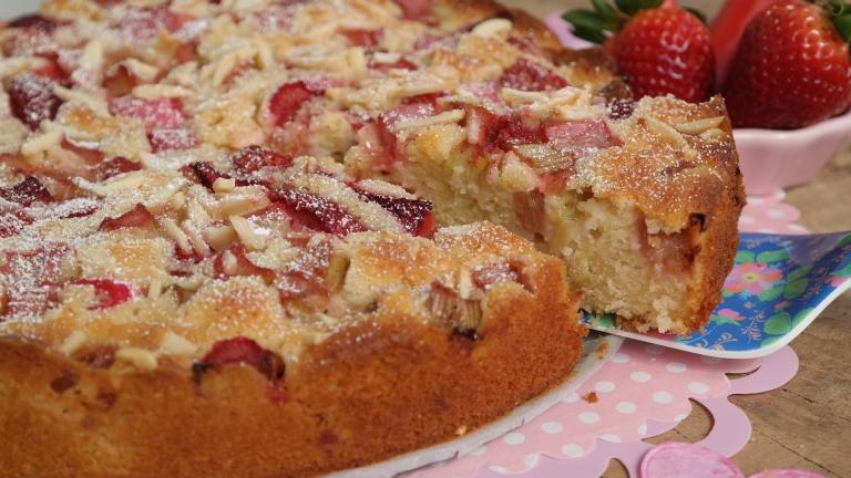 Lockerer Rhabarberkuchen mit Joghurt