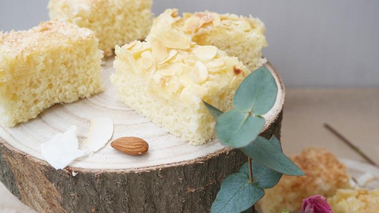 Blechkuchen mit Mandel- und Kokosbelag