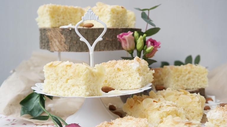 Kuchenstücke auf Etagere