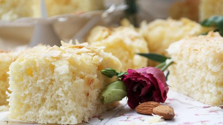 Kuchenstück mit Mandelkruste